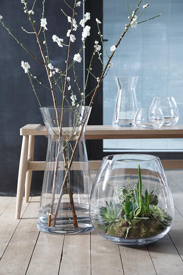 Искусственные цветы в стеклянной вазе дизайн фото